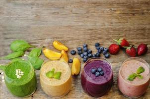 smoothie med blåbär, persika, spenat foto
