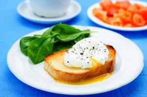 pocherat ägg med lax och spenat foto