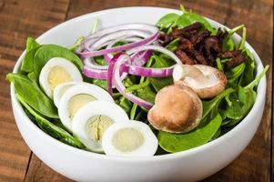 skål med ägg och spenatsallad foto