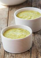 doftande grön soppgräddsoppa, mat närbild foto