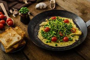 hälsosam omelett med grönsaker foto