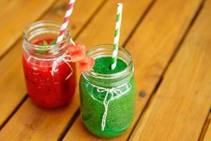 vattenmelon och spenatsmoothie som hälsosam sommardrink. foto