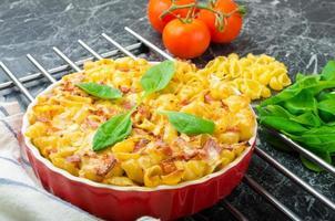 bakad hemlagad pasta med purjolök, bacon och grädde foto