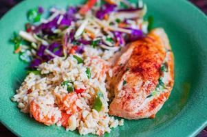 grillad kyckling fylld med spenat, ris och grönsaker foto
