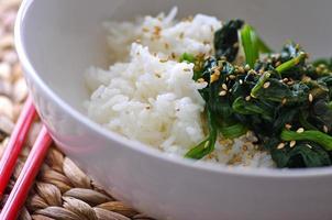 ris och koreansk kryddat spenat foto