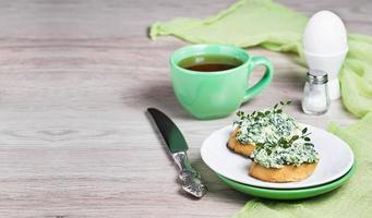 rostat bröd med ost och spenat till frukost foto