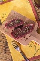 rått nötkött av svin med kryddor foto