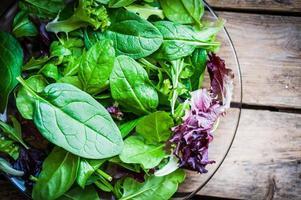 färsk grön sallad med spenat, aragula, romane och sallad foto