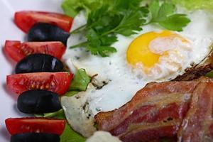 serverar frukost toast med bacon och örter foto