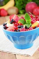 färsk välsmakande fruktsallad foto