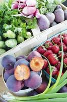 sortiment av frukt och grönsaker i korgarna