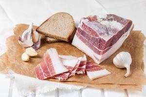 salt bacon med vitlök foto