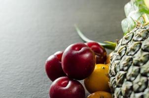 färgglada frukter på bordet foto