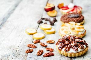 banan saltad karamell choklad plommon honung pekannartiletter foto
