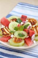 vattenmelonsallad med grillad halloumiost foto