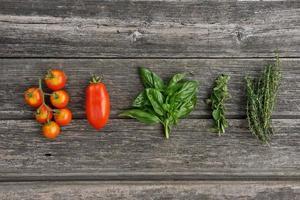 örter och grönsaker på träplattan foto