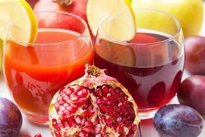 mogna saftiga granatäpplen och plommon foto