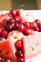 ljus saftig frukt: vattenmelon, körsbär och persikor foto