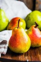 päron på träbakgrund foto