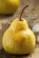 päron på ett träbord foto
