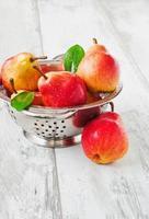 päron i ett durkslag foto