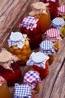 konserverad frukt och grönsaker hemlagad. foto