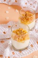 krämig efterrätt med karamelliserade päron och nötter foto