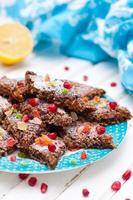 energibar med spannmål, spannmål, choklad och nötter foto