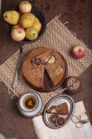 charlotte med äpplen och kanel foto