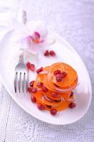 färsk salladblandning med persimon och granatäpplefrön foto
