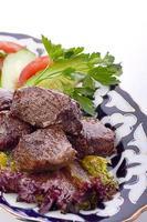 kött på en grill med grönsaker foto