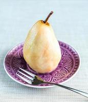 pocherat päron i vitt vin foto