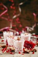 hemlagad granat yoghurt med valnötter och granatäpplefrön foto