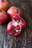 mogna saftiga granatäpplen foto