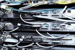 telekommunikationsutrustning i ett datacenter. foto