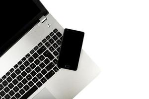 smart telefon på bärbar dator foto