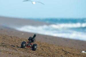 markbunden drönare med kamera medan du kör på stranden foto