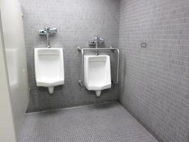Urinaler i offentligt toalett foto