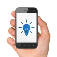 finans koncept: glödlampa på smartphone foto