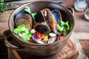läckra musslor med vitlökssås foto