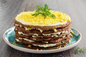 tårta pannkakor från levern med ägg och gröna. foto