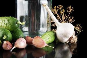 beskuren gurkor i burk förbereder konservering isolerad på svart foto