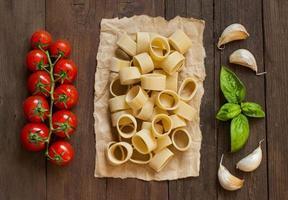 pasta med vitlök, tomater och basilika foto