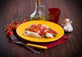 fisk med körsbärstomater och oliv. foto
