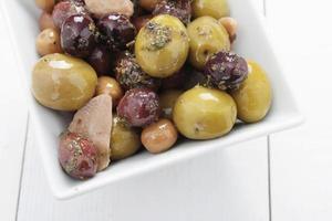 blandade oliver antipasto i skålen foto