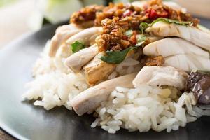 utbenad, skivad kyckling med hainan-stil med marinerat ris foto