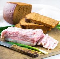 bacon med lök och vitlök foto