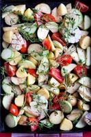 färska, råa grönsaker med kryddor foto