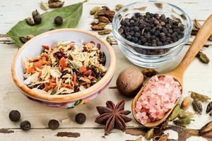 kryddor på träbord, selektiv inriktning foto