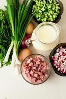 okroshka.- ingredienser för att tillverka hasj - rädisor, gurkor, korv, serum foto